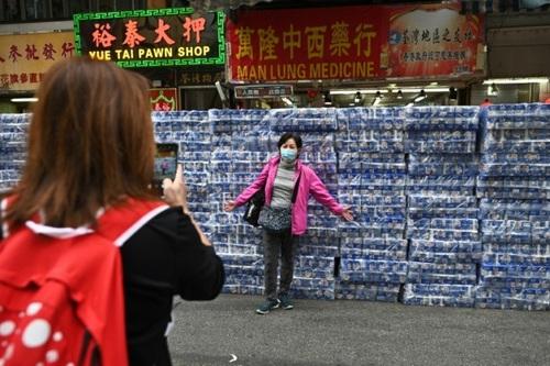 عکس گرفتن یک زن در مقابل دستمال توالتهای به فروش رفته در فروشگاهی در هنگ کنگ. مردم هنگ کنگ از بیم نایابی اقلام بهداشتی برای خرید به فروشگاهها هجوم بردهاند./ خبرگزاری فرانسه