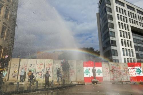 تظاهرات معترضان لبنانی در مقابل پارلمان در بیروت در اعتراض به رای اعتماد مجلس لبنان به  دولت جدید/ خبرگزاری فرانسه و گتی ایمجز