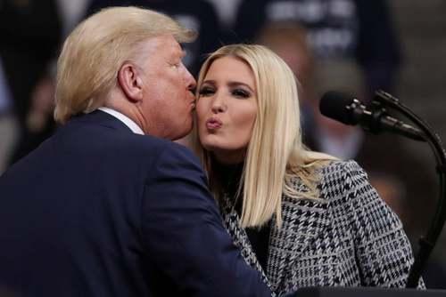 ترامپ و دخترش ایوانکا در جریان رالی انتخاباتی در ایالت نیوهمپشایر آمریکا/ رویترز