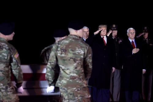 انتقال جسد سرباز آمریکایی کشته شده در افغانستان به  پایگاه هوایی