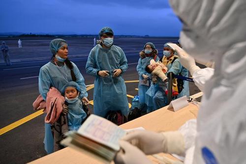 ورود شهروندان ویتنامی از شهر ووهان چین به فرودگاهی در ویتنام/ رویترز