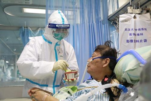 غذا دادن یک پرستار به بیمار مبتلا به ویروس کرونا در بیمارستانی در شهر