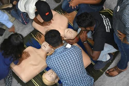 حاضران نمایشگاه روز ملی علم در هندوستان در حاشیه نمایشگاهی در بنگلور در حال آموزش احیای قلبی هستند./ خبرگزاری فرانسه