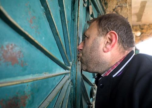 خداحافظی مرد سوری با خانهاش در روستایی در استان ادلب سوریه/ خبرگزاری فرانسه