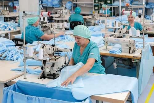 دوخت و دوز 1500 دست لباس ویژه ایمن در برابر ابتلا به ویروس کرونا برای کادر پزشکی روسیه/ ایتارتاس