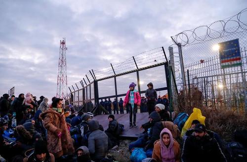 پناهجویان در هوای به شدت سرد در مرز بسته صربستان و مجارستان به نشانه اعتراض به سیاستهای مهاجرتی کشورهای اروپایی تحصن کردهاند./ رویترز