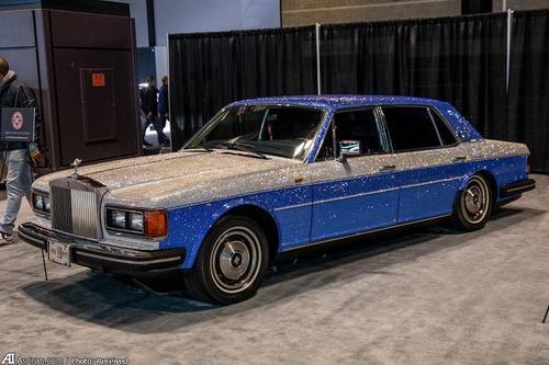 رولز رویس مدل 1983 نسخه ویژه سیلور اسپور(بدنه این خودرو کاملا با کریستال های آبی و سفید پوشانده شده است)
