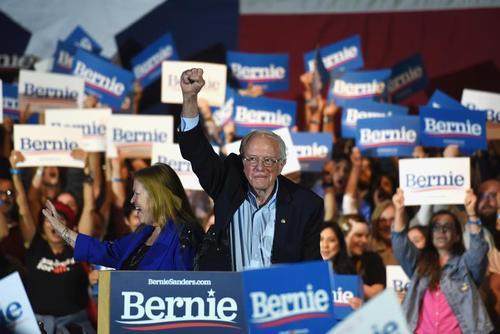 نطق پیروزی برنی سندرز نامزد دموکرات پیشرو انتخابات ریاست جمهوری 2020 آمریکا در انتخابات مقدماتی حزب دموکرات در ایالت نوادا/ شهر سن آنتونیو ایالت تگزاس/ رویترز