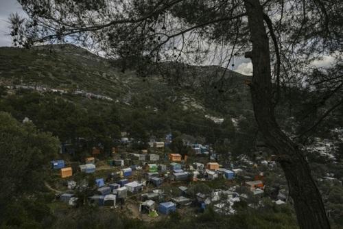 نمایی از کمپ غیررسمی(غیرقانونی) پناهجویان در جزیره