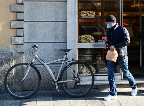 وحشت مردم ایتالیا از شیوع ویروس کرونا/ شهر کودونگو در جنوب میلان/ خبرگزاری فرانسه