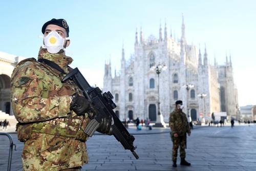 نیروهای نظامی ایتالیا برای حفاظت از قوانین قرنطینه اماکن عمومی شهرها مستقر شده اند./ شهر میلان/ رویترز