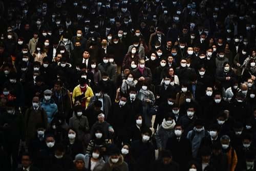 مسافران ماسک زده در ایستگاه قطار