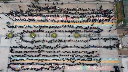 صف عریض و طویل در شهر سئول کره جنوبی برای خرید ماسک از فروشگاه/ EPA