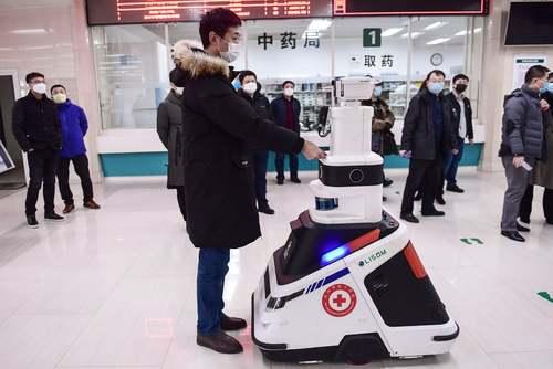 روبات کنترل کننده دمای بدن در بیمارستانی در شهر