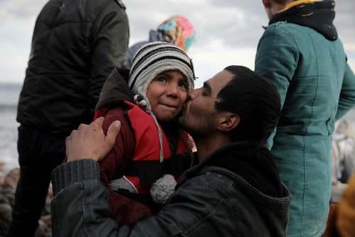 رسیدن پناهجویان افغان از طریق دریا به جزیره لسبوس یونان. ترکیه دیگر مرزهای خود با اروپا را به روی مهاجران غیرقانونی نمیبندد./ رویترز