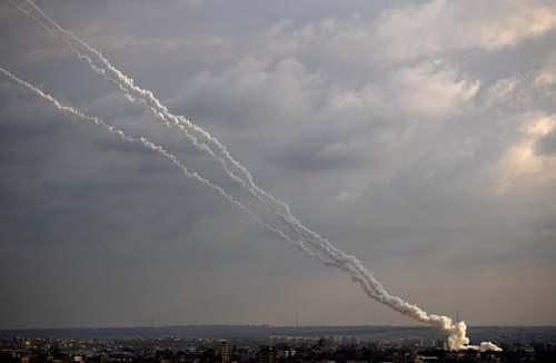 لحظه شلیک (هفته گذشته) 30 راکت از نوار غزه به سمت شهرکهای اسراییلی/ آسوشیتدپرس