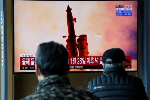 مردم کره جنوبی در شهر سئول در حال تماشای گزارش تلویزیونی درباره آزمایش پرتابه جدید همسایه متخاصم شمالی/ رویترز