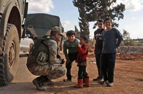 نیروهای نظامی ترکیه در استان ادلب در شمال غرب سوریه و در مواجهه با کودکان سوری/ خبرگزاری فرانسه