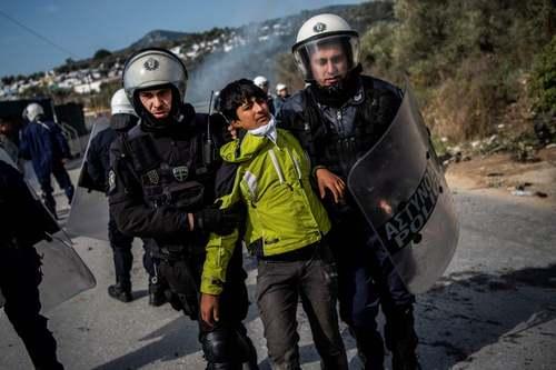 دستگیری پناهجویان معترض در جریان یک شورش در کمپ آوارگان در جزیره لسبوس یونان/ خبرگزاری فرانسه
