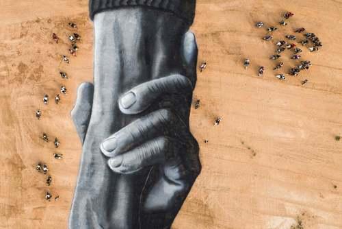 موتورسواران در اطراف یک نقاشی زمینی سهبعدی عظیم اثر یک هنرمند فرانسوی – سوییسی در بورکینافاسو/ گاردین