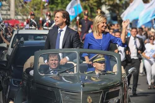رییس جمهوری منتخب اروگوئه (لوئیس آلبرتو لاکل پو) به همراه معاونش سوار بر یک اتومبیل قدیمی در شهر مونته ویدئو (پایتخت) در حال عزیمت به مراسم سوگند/ خبرگزاری آناتولی
