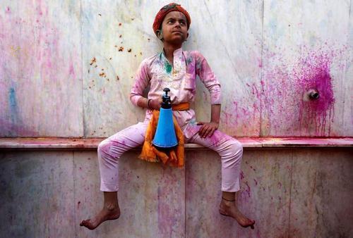 کودک هندو در جریان یک جشنواره آیینی هندوها در معبدی در
