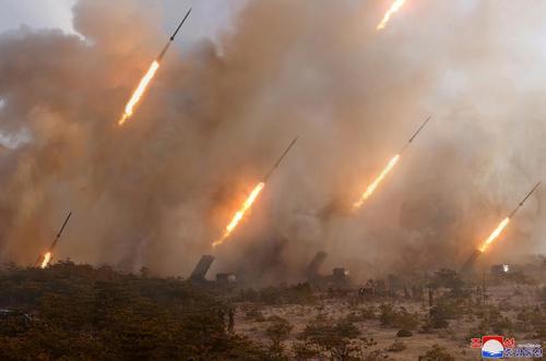 شلیک موشک در جریان رزمایش احتمالی در کره شمالی. خبرگزاری رسمی کره شمالی (KCNA) به زمان و مکان این شلیکها اشارهای نکرده است.