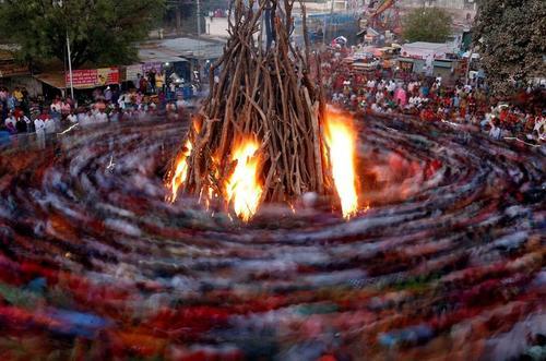 روشن کردن آتش در جریان یک جشنواره آیینی هندوها در شهر احمدآباد هند/ رویترز