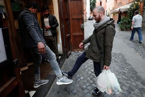 سلام و احوالپرسی کرونایی مردم روم ایتالیا/ رویترز
