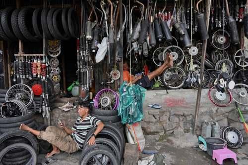 تعمیرگاه موتور سیکلت در شهر جاکارتا اندونزی/EPA