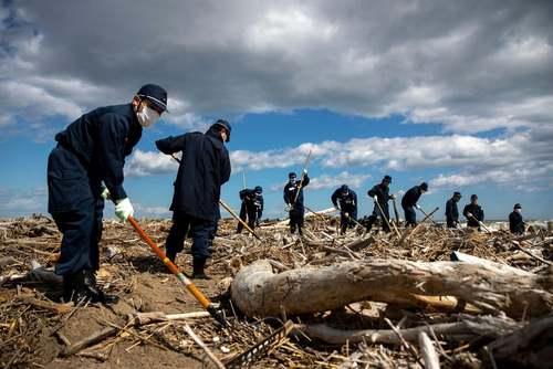 جستجوی اجساد قربانیان سونامی سال 2011 فوکوشیما در نهمین سالگرد این فاجعه در این منطقه از ژاپن/ رویترز