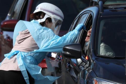 گرفتن تست کرونا از داوطلبان مشکوک به ابتلا در مقابل یک مرکز بهداشتی در شهر