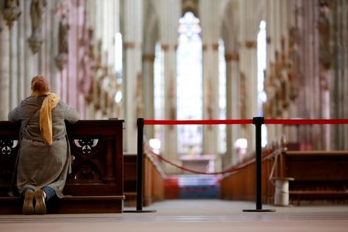 دعای روز یکشنبه یک زن در کلیسای خالی در شهر کلن آلمان/ رویترز