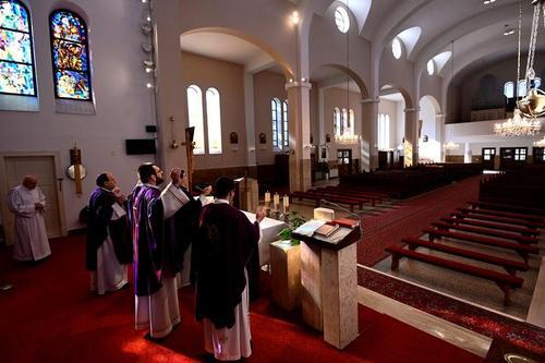 مراسم دعای هفتگی کلیسایی در اسلواکی بدون حضور مردم. این مراسم به صورت زنده از تلویزیون برای پیروان پخش میشود./ رویترز