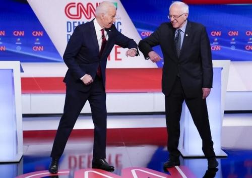 سلام کرونایی بایدن و سندرز 2 نامزد مدعی حزب دموکرات آمریکا برای انتخابات ریاست جمهوری 2020 آمریکا در جریان مناظره/ آسوشیتدپرس
