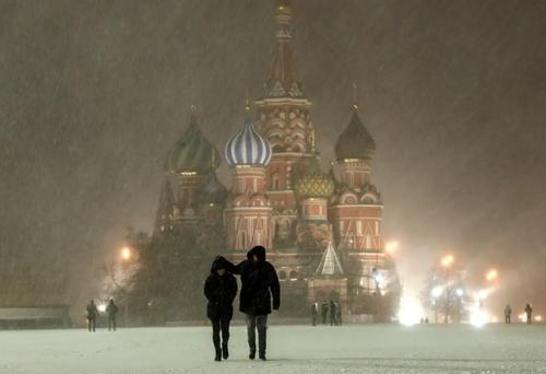 قدم زدن در هوای سرد و برفی میدان سرخ مسکو/ ایتارتاس