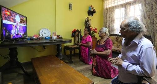 مسیحیان کاتولیک در شهر کلمبو سریلانکا به جای رفتن به کلیسا مراسم دعای هفتگی را به دلیل تعطیلی اجتماعات از بیم کرونا به صورت زنده از تلویزیون دنبال کردند./ EPA