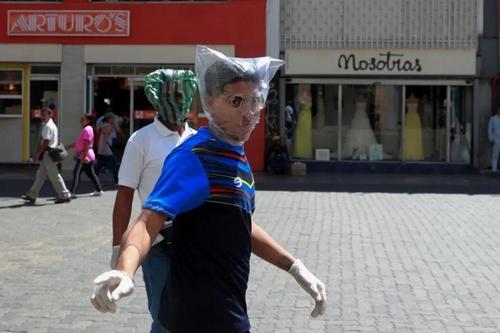 تلاش برای محافظت در برابر کرونا ویروس در شهر کاراکاس ونزوئلا/ رویترز
