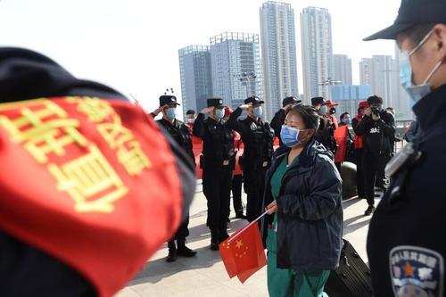 ادای احترام نظامی نیروهای ارتش چین به کادر درمانی در ماموریت شهر