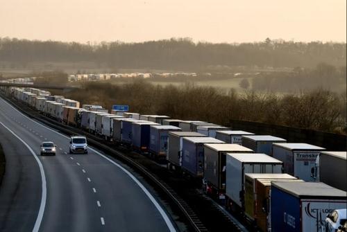 صف 40 مایلی کامیونهای باری معطل مانده در مرز بین لهستان و آلمان/ EPA