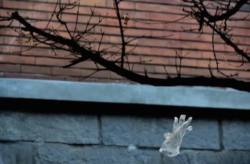 به پرواز درآمدن یک دستکش در اثر باد در شهر میلان ایتالیا/ خبرگزاری آناتولی