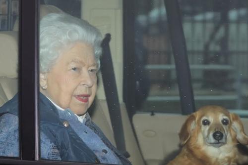 ملکه 94 ساله بریتانیا در حال ترک کاخ باکینگهام در لندن به سمت قلعه