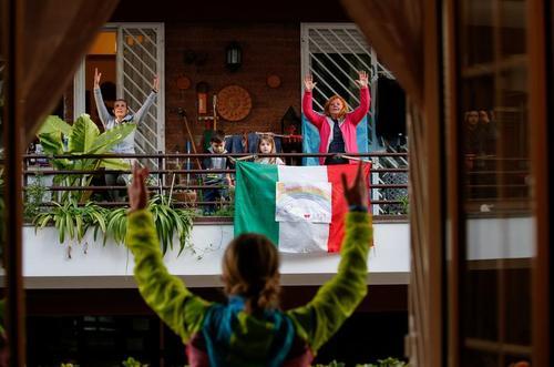 ورزش صبحگاهی دربالکن خانه با مربی تمرینی در یک مجتمع مسکونی در شهر روم ایتالیا/ رویترز