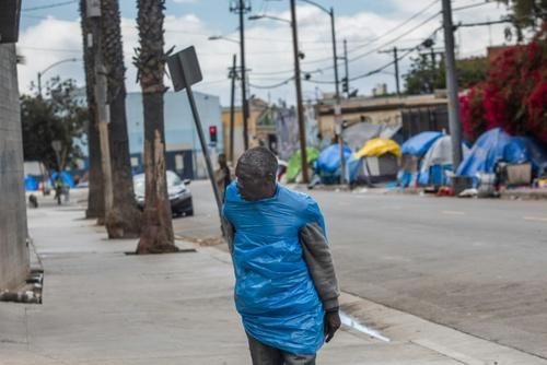 چادر بی خانمانها در شهر لسآنجلس آمریکا . نگرانی از شیوع ویروس کرونا در بین بیش از 500 هزار کارتُن خواب و بیخانمان در آمریکا دغدغهای جدی است./ خبرگزاری فرانسه
