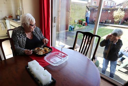 عیادت از مادربزرگ در روز مادر انگلیسیها. در بریتانیا همه ساله روز 22 مارس ( یکشنبه گذشته) روز مادر است و امسال به دلیل شرایط خاص اپیدمی کرونا ویروس دولت بریتانیا توصیه کرده بود فرزندان و نوهها حتیالمقدور به صورت مجازی روز مادر را تبریک بگویند. در این خانه در شهر