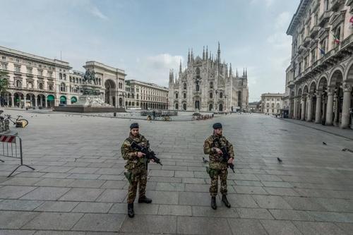 نیروهای ارتش ایتالیا در حال گشتزنی در شهر تحت قرنطینه