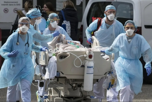 انتقال بیمار کرونایی بدحال در فرانسه/ خبرگزاری فرانسه
