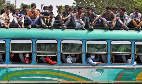 مردم ایالت بنگال غربی هند پیش از قرنطینه شهر کلکلته در حال بازگشت به روستاهایشان از طریق اتوبوس/ رویترز