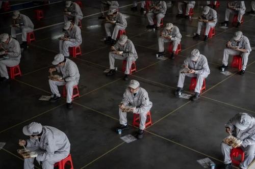 ساعت ناهار کارگران کارخانه خودروسازی