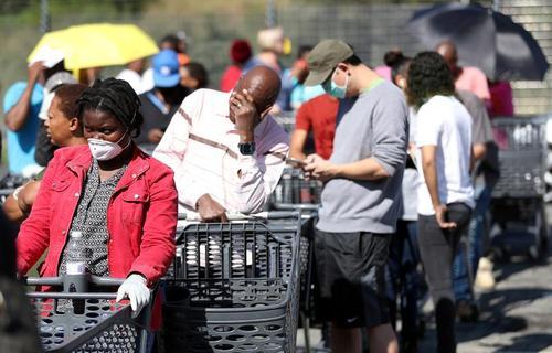 صف طولانی یک فروشگاه زنجیرهای مواد غذایی در شهر